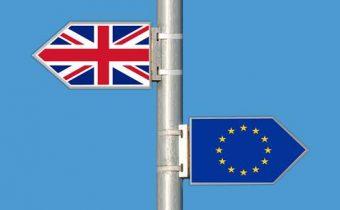 Dvere sú stále otvorené, Británia môže zostať v EÚ, povedal Macron Mayovej