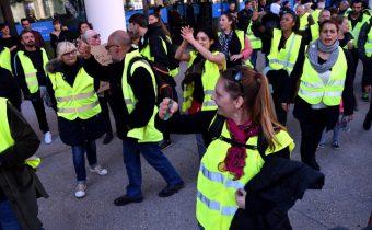 1500 eur mesačne navyše pre každého poslanca žne prvé ovocie: Hnutie žltých viest prichádza aj na Slovensko