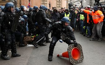 VIDEO: Vo Francúzsku pokračujú protesty ľudí, polícia použila proti žltým vestám slzotvorný plyn