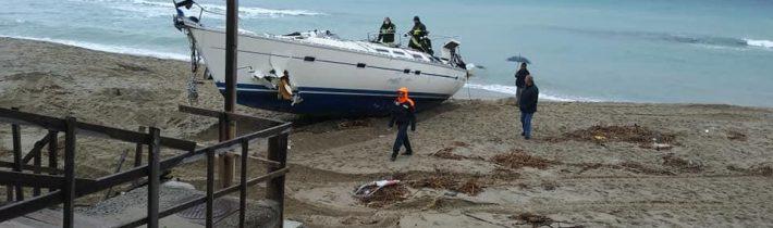 Pri talianskom pobreží uviazol čln s 51 migrantmi, ktorý riadili dvaja Rusi