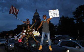 Ultralevicovému zlu se nezavděčíš. Američan křičel na demonstranty, že je na jejich straně, ti mu rozbili okna (Video)