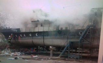 PRÁVE TERAZ: FOTO Požiar lode v bratislavskom Vlčom hrdle