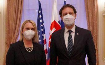 Americká veľvyslankyňa sa rozprávala s premiérom Hegerom o ochrane záujmov USA, pardon .. princípov demokracie a hybridných hrozbách