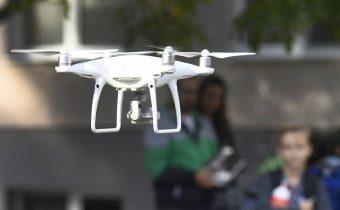 V čínskom meste Kanton dohliada na dodržiavanie opatrení aj 60 dronov